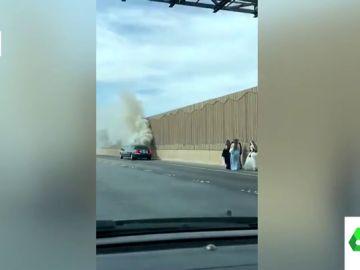 La surrealista imagen de una novia 'tirada' en la autopista mientras la limusina de su boda echa humo