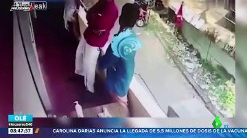 Un hombre se desmaya en un balcón y se precipita al vacío en China