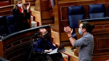 El aplauso a Pablo Iglesias en su despedida del Congreso para presentarse a las elecciones madrileñas.