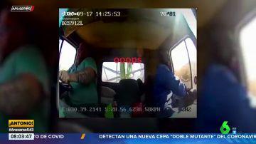 El copiloto de un camión salta por la ventana en marcha justo antes de chocar
