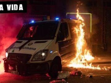 Furgón de la Guardia Urbana incendiado