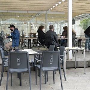 Varias personas en la terraza de un restaurante en A Coruña