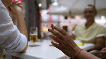 mujer cigarrillo tenerife