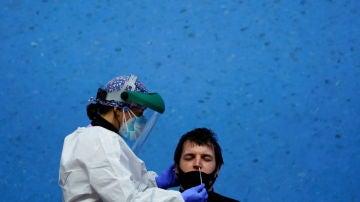 Una sanitaria realiza una prueba PCR a un paciente