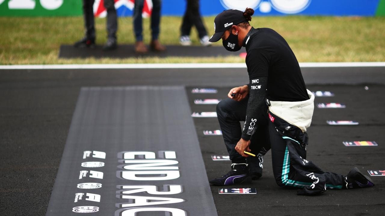 """Lewis Hamilton seguirá arrodillándose para pelear contra el racismo: """"Los  niños se preguntarán por qué lo hacemos"""""""
