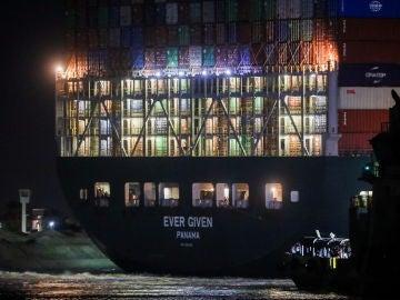 El Ever Given panameño, de noche