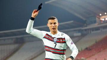 Cristiano Ronaldo tira el brazalete de Portugal