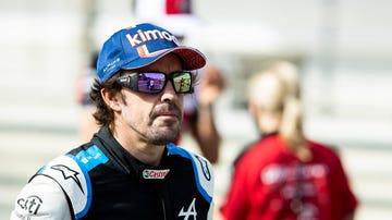Fernando Alonso, en el 'paddock'