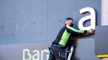 Un operario retira las letras de Bankia
