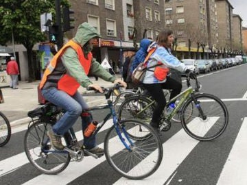 ¿Cómo debe cruzar un ciclista un paso de peatones?