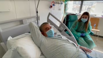 Sara y su padre en una de las habitaciones del hospital