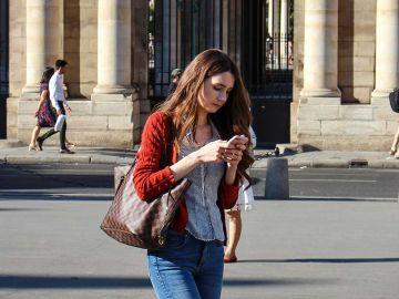 Caminando mientras mira el móvil