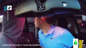 El surrealista vídeo en el que unos jóvenes se comen unas galletas mientras la Policía se tirotea con unos delincuentes