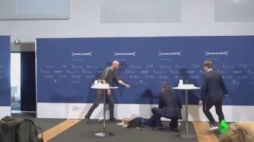 La directora de la Agencia del Medicamento de Dinamarca se desmaya en plena rueda de prensa