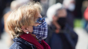 Una mujer participa en una manifestación por las pensiones