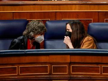 La ministra de Derechos Sociales y Agenda 2030, Ione Belarra, conversa con la diputada socialista María Luisa Carcedo, impulsora de la ley