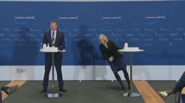 El vídeo completo del desplome en plena rueda de prensa de la directora de la Agencia del Medicamento danesa