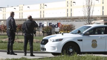 La Policía vigila la instalación de FedEx en Indianápolis donde tuvo lugar el tiroteo masivo