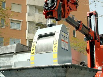 Un operario levanta un cubo de basura en Alcorcón