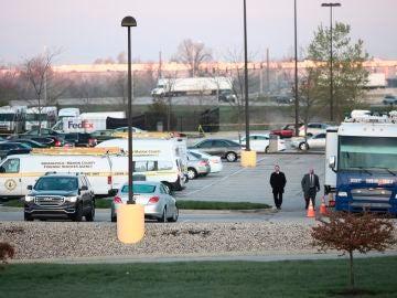 La Policía investiga en la escena del crimen del tiroteo en Indianapolis.