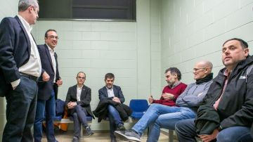 Oriol Junqueras, Raúl Romeva y otros presos del procés, esperando al traslado en la prisión de Lledoners.