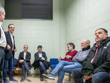 Oriol Junqueras, Raül Romeva y otros presos del procés, esperando al traslado en la prisión de Lledoners.