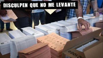 Mesa con papeletas electorales