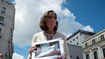 La ministra de Industria y Comercio, Reyes Maroto, muestra una fotografía de la navaja ensangrentada que ha recibido dentro de un sobre esta mañana