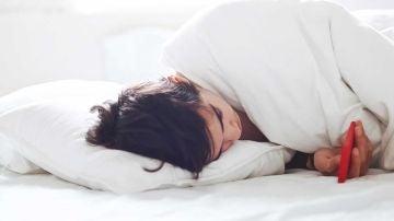 En la cama con el móvil