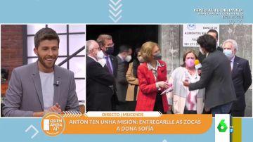 """Un reportero consigue sorprender a la reina Sofía y entregarle en directo un regalo: """"¡Qué bonito!"""""""