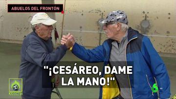 La historia de Cesáreo y Francisco: dos jubilados que juegan al frontón  en un parking