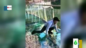 Los crueles virales de personas con vértigo en pleno ataque de pánico en los puentes más impactantes del mundo