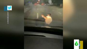 El impactante momento en el que un joven se cae cuando viajaba en el capó de un coche