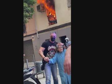 Rescatan a una anciana de un incendio en L'Hospitalet de Llobregat