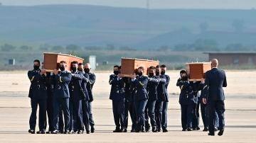 Varios militares llevan los féretros con los restos mortales de los periodistas David Beriáin y Roberto Fraile