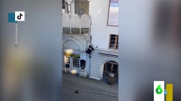La escalada de vértigo de un joven hasta su balcón al más puro estilo 'Assassins creed'
