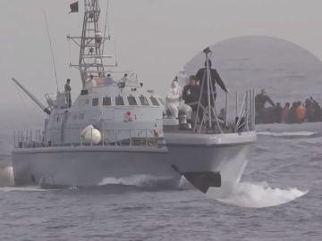 Agresión de un guardacostas libio a migrantes