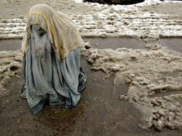 Imagen de archivo de una mujer con un burka