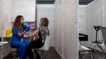 Una mujer recibe la vacuna contra el coronavirus