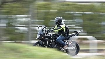 Motorista circulando por la carretera