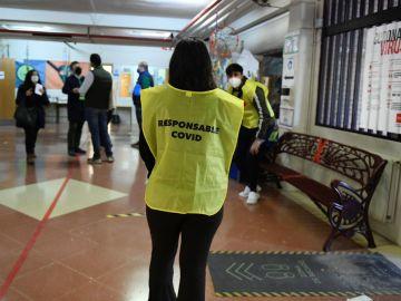 Una responsable del dispositivo COVID en un colegio electoral