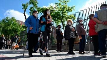 Votantes esperan su turno en el Colegio de Roma en Madrid, este martes.
