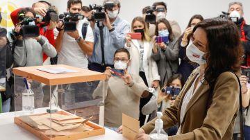 Isabel Díaz Ayuso conversa con miembros de una mesa electoral