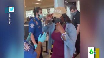 El ataque de risa de una mujer cuando le piden quitarse la gorra en el control de un aeropuerto: llevaba la peluca cosida