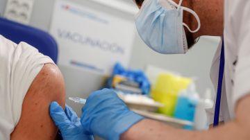 Un sanitario aplica una vacuna contra el coronavirus