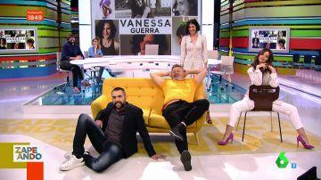 Dani Mateo, Marta Torné y Miki Nadal muestran el significado de las posturas al sentarse en el sofá