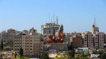 Israel bombardea y derriba una torre de 14 plantas sede de medios internacionales en Gaza