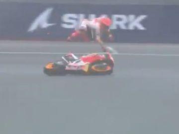 Caída de Marc Márquez en Le Mans cuando lideraba la carrera