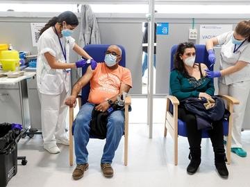 Enfermeras administran vacunas contra el coronavirus en el Zendal