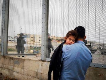 Un padre y su hija son devueltos a Marruecos por las autoridades en la frontera entre Ceuta y Fnideq este martes